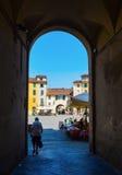 Gångtunnel till Piazza del Anfiteatro, Lucca Arkivbild