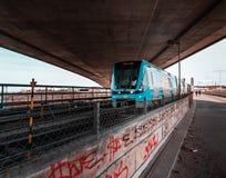 Gångtunnel under bron på en solig dag arkivfoto