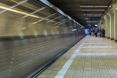 Gångtunnelankomst i station Arkivfoto