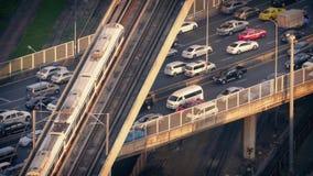 Gångtunneldrevet passerar över bilar på huvudvägen