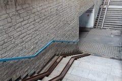 Gångtunneltrappa som ner går arkivbild