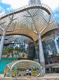 Gångtunnelutgång som är främst av fruktträdgårdshoppinggalleria på fruktträdgårdvägen i Singapore det moderna området Massmediafa arkivfoton