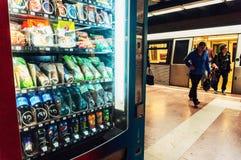 Gångtunnelvaruautomat med sodavatten och mellanmål fotografering för bildbyråer