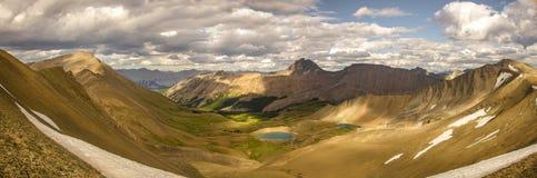 Går att fotvandra horisontslingan, dig ska se att den sceniska sikten av intendentet Lake i Rocky Mountains royaltyfri foto