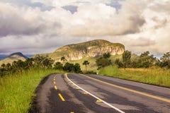 GÅR 239 Bergväglandskap i Chapada DOS-veadeiros Fotografering för Bildbyråer