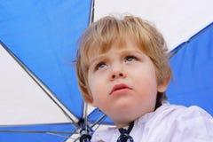 går bort regn Arkivbild