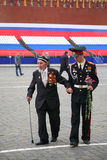 går den gammala soldaten för hjälp till veteran barn Royaltyfri Foto
