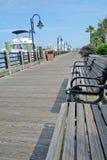 Går den i stadens centrum floden för uddeskräckfloden Arkivbild