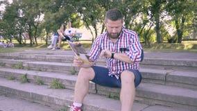 Går den läs- tidskriften för den unga mannen, bort arkivfilmer