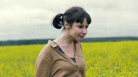 Går den lyckliga unga kvinnan för ståenden på en sommar i fält stock video