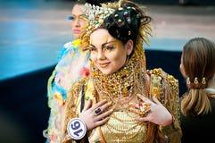 går den model landningsbanan för guld Royaltyfri Foto