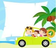 Går den roliga lyckliga familjen för tecknad film på ferie med bilen Arkivbilder