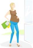 går den stilfulla kvinnan för gravid shopping Royaltyfri Bild