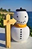 Går det högra tecknet med snögubben i det karibiskt i en guld- gul halsduk Royaltyfri Fotografi