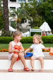 går gulliga flickor för armbindlar att förbereda bad till Royaltyfri Fotografi