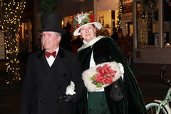 Går iklädda gammalmodiga kläder för stiliga par under den viktorianska gatan, Saratoga Springs, New York, December 5th, 2013 Royaltyfri Bild