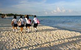 går mexikanska schoolgirls för strand Royaltyfri Foto