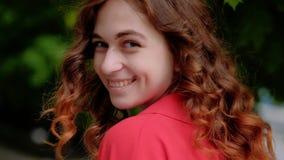 Går nätt flowy lockigt hår för kvinnan flirty leende arkivfilmer