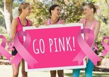 Går rosa text- och rosa färgbröstcancermedvetenhetkvinnor som rymmer kortet Arkivfoton