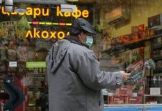 """Går skyddande maskeringar för sjuka folkkläder mot influensavirus på gatan i Sofia, Bulgarien†""""november 01, 2009 Royaltyfri Bild"""