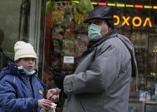 """Går skyddande maskeringar för sjuka folkkläder mot influensavirus på gatan i Sofia, Bulgarien†""""november 01, 2009 Fotografering för Bildbyråer"""