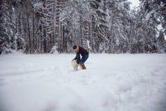 Går utomhus: flickan omfamnar en hund Royaltyfri Foto