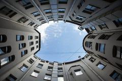 Gård-brunn av botten-upp med klassisk arkitektur för blå himmel av gamla St Petersburg Royaltyfria Bilder