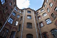 Gård-brunn sort av botten-upp, typisk arkitektur av gamla St Petersburg Arkivbild