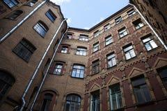 Gård-brunn sort av botten-upp, typisk arkitektur av gamla St Petersburg Arkivfoto