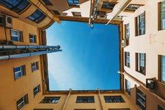 Gård-brunn sort av botten-upp, typisk arkitektur i mitten av historiska St Petersburg Royaltyfri Foto