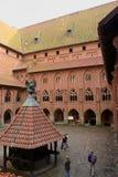 Gård i den medeltida slotten av den Teutonic beställningen i Malbork, Polen Arkivfoto