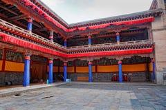 Gård i en buddistisk tempel arkivbild