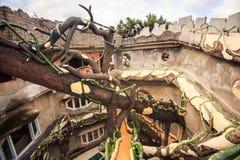 Gård med tilltrasslade stammar i Hotell-träd av den moderna arkitekten Arkivbilder
