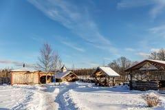 Gård på en kall vinterdag Arkivfoto