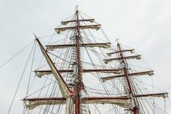 Gårdar och seglar på den stående riggningen av en fyrkantig leverantör Royaltyfria Foton