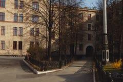 Gårdhus i Europa Båge i huset arkivfoton