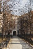 Gårdhus i Europa Båge i huset royaltyfri foto