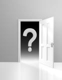 Gåta och osäkerhetbegrepp av en dörr som öppnar till okändan, med en stor frågefläck Royaltyfri Foto