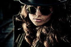 Gåtakvinna i solglasögon Arkivbild