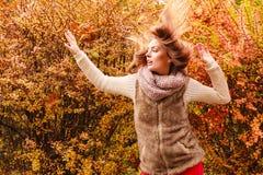 Gåtakvinna mot utomhus- höstliga sidor royaltyfria foton