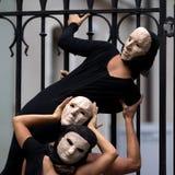 Gåtfulla skådespelarear som slitage maskeringar. royaltyfria bilder