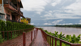 Gåvägen längs den Kong floden Chiangkan Thailand Arkivfoton