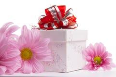 Gåva-ask med den röda pilbågen med rosa tusenskönor Arkivfoton