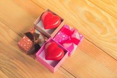 Gåva av förälskelse Hurtig gåva En gåvaask med en röd hjärta inom Arkivbild