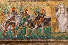 Gåva av tre de tre vise männen i Sant Apollinare Nuovo Arkivbilder