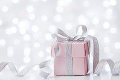 Gåva- eller gåvaask mot bokehbakgrund Feriehälsningkort på födelsedag eller jul royaltyfria bilder