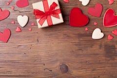 Gåva- eller gåvaask och blandade hjärtor för valentindagbakgrund Top beskådar Kopieringsutrymme för att hälsa text arkivbilder