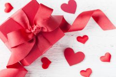 Gåva eller närvarande ask och hjärtor för valentindagkort royaltyfria foton