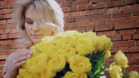 Gåva en bukett av blommor för de internationella kvinnornas dag arkivfilmer