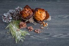 Gåva en chokladmuffin på tabellen Royaltyfria Foton